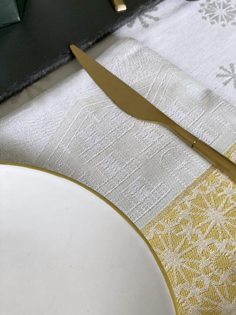 serviette en tissu motif chalet le jacquard français grise