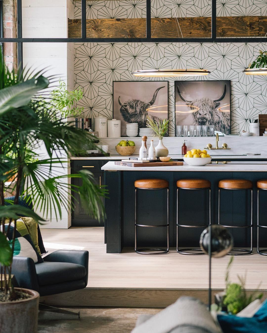 tendance cuisine 2022 loft industriel tabouret cuir marron papier peint graphique plante verte