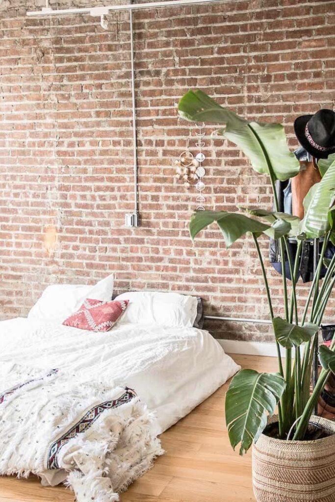 chambre mur briques loft style indus lit au sol sans sommier bohème