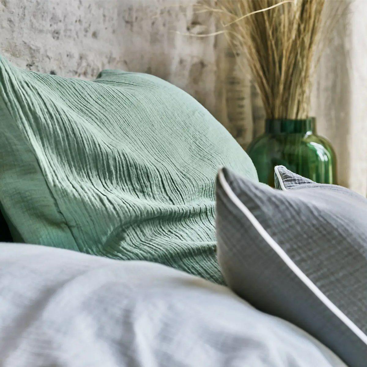 chambre style campagne linge de lit lange bébé nuance de vert gris