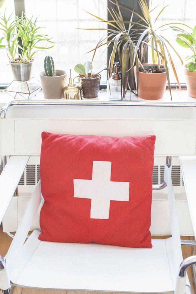 coussin laine croix suisse fauteuil rétro 50s cuir blanc pied chrome