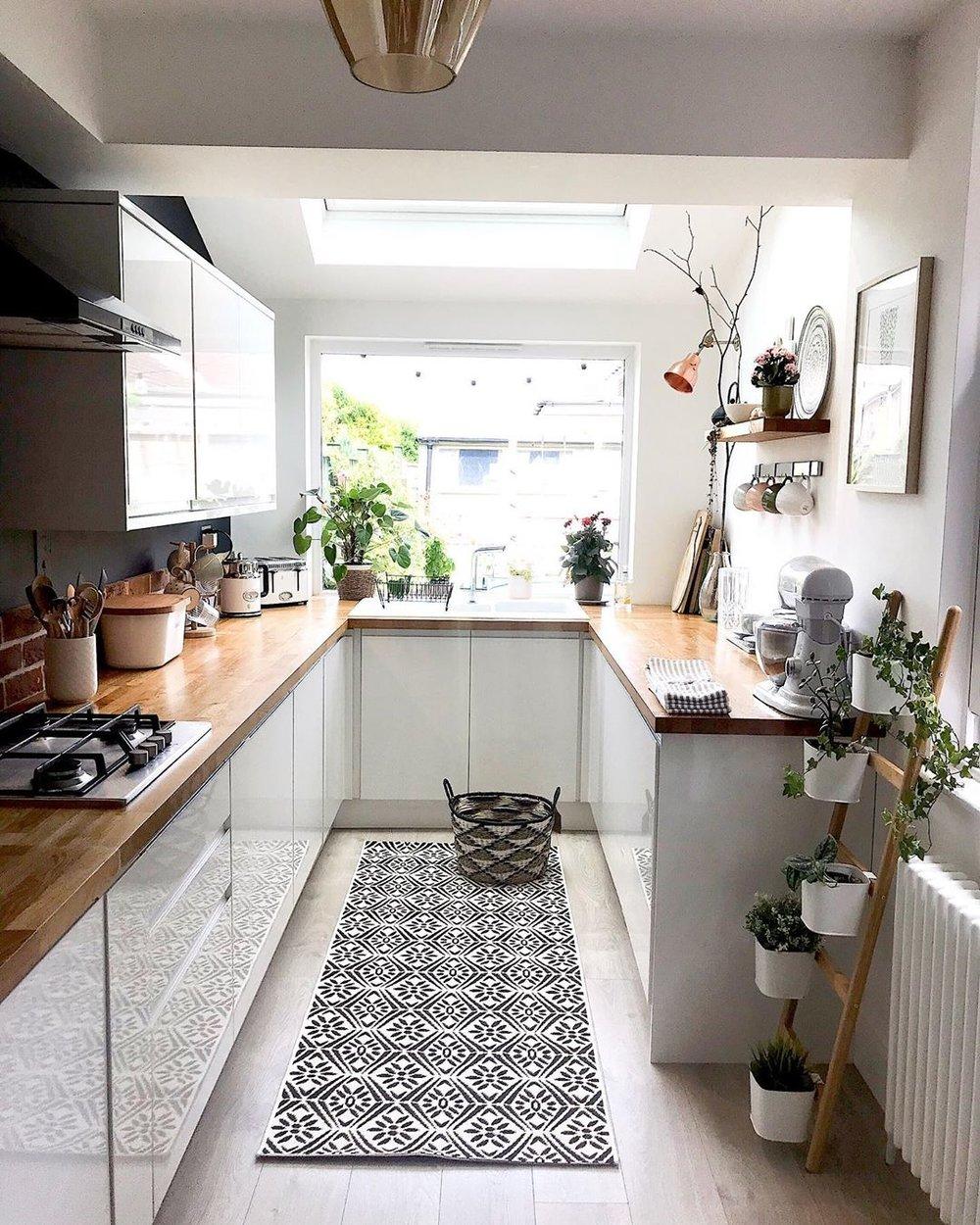 cuisine en longueur tapis noir et blanc plan de travail bois