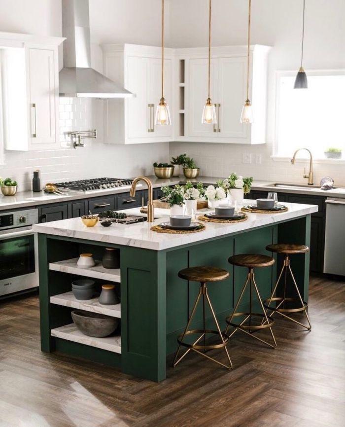 tendance cuisine 2022 ouverte ilot central vert marbre blanc tabouret rond métallique suspension fine laiton