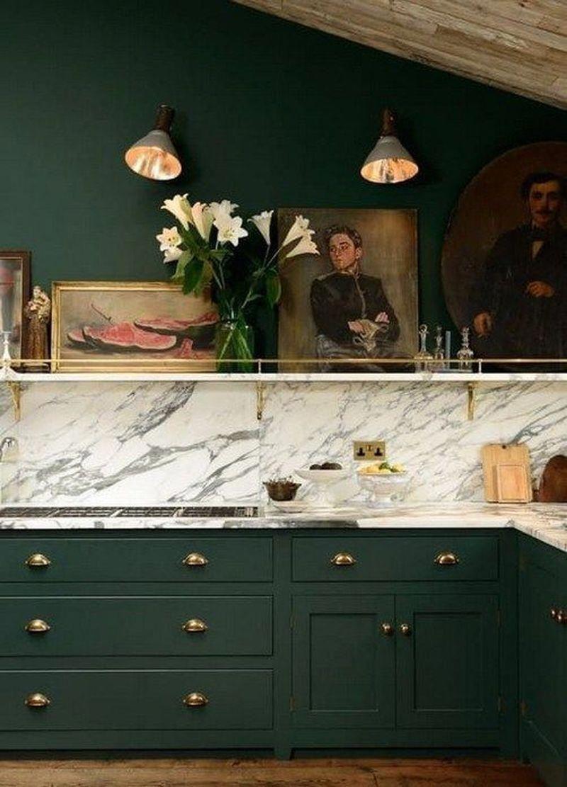 cuisine vert foncé marbre blanc poignée de porte laiton