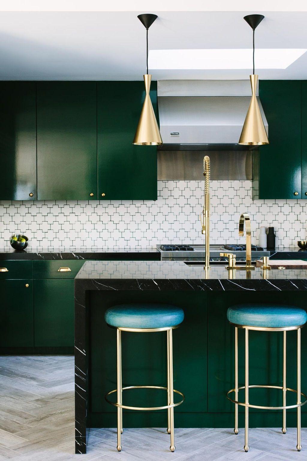 tendance cuisine 2022 cuisine vert sapin foncé marbre noir suspension laiton