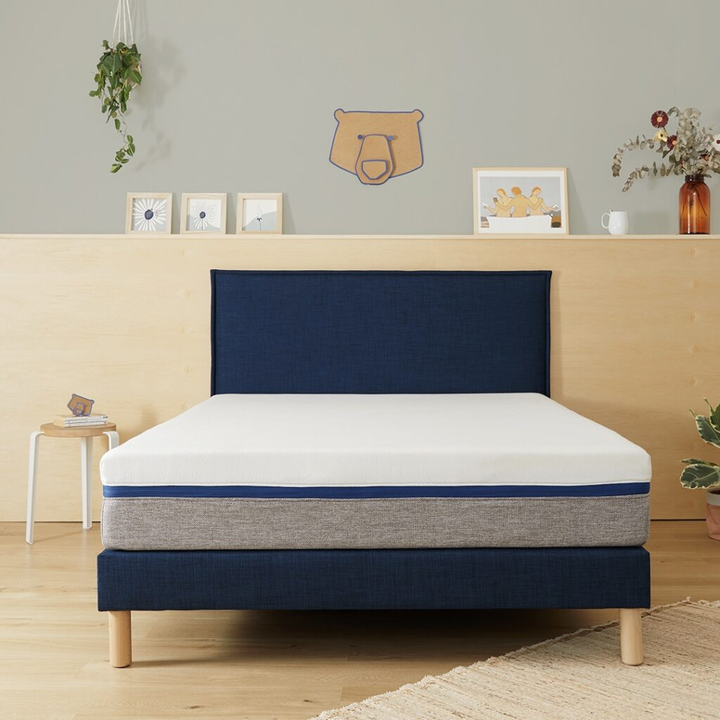 lit bleu foncé décoration fibres naturelles tapis