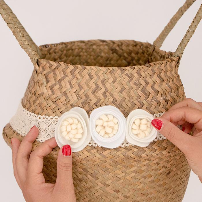 panier fibre naturelle ruban dentelle fleurs feutrine blanches