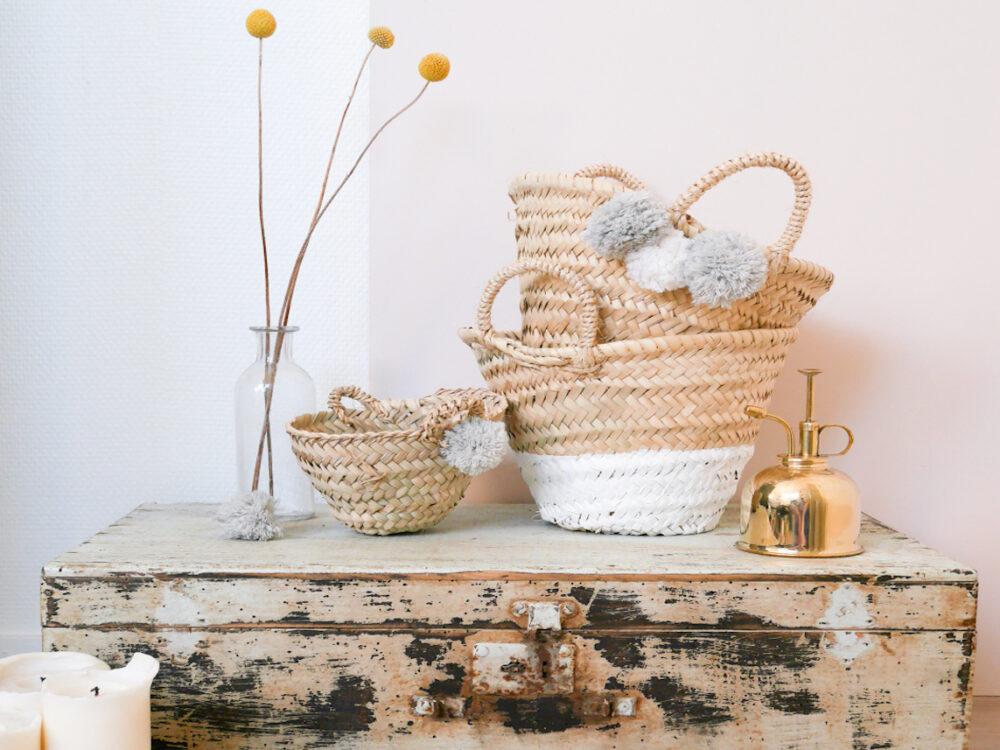 panier osier pompon blanc gris caisse bois