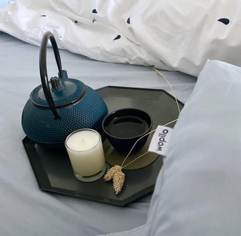 petit-déjeuner au lit théière fonte bleu canard plateau hexagonal gris
