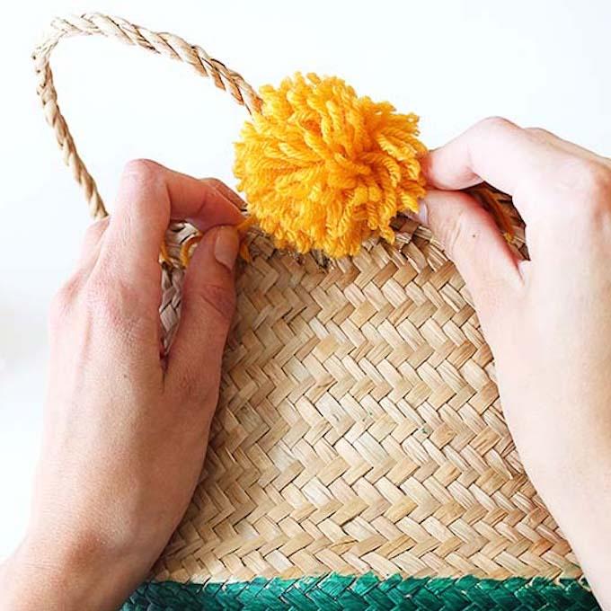 pompon laine jaune orange panier de rangement rond DIY fait maison