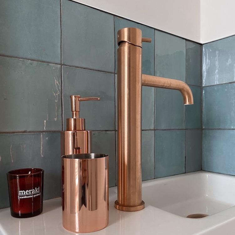 salle de bain zellige bleu turquoise robinet cuivre