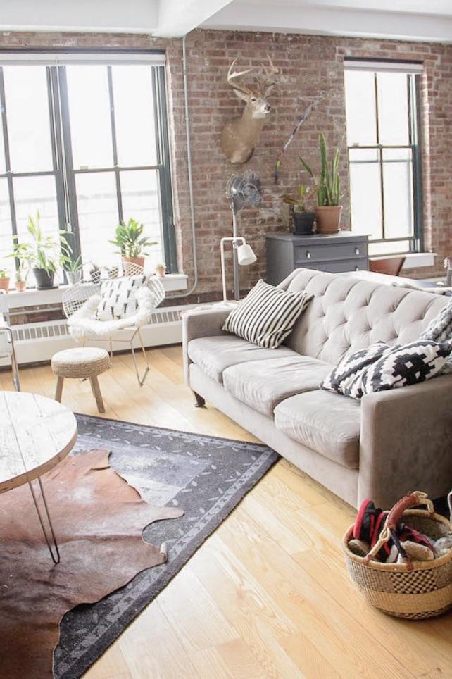 salon déco loft style indus tapis accumulation canapé gris clou
