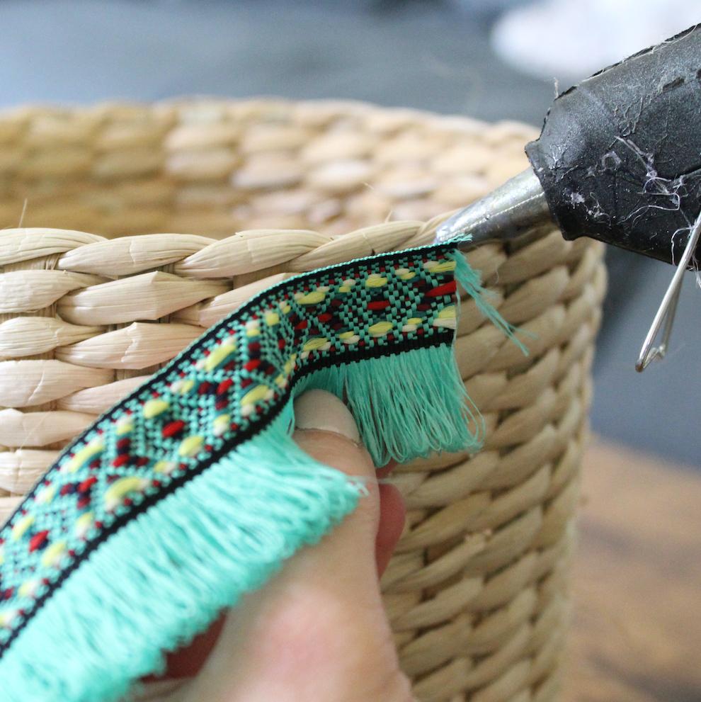 tutoriel customiser panier en osier ruban turquoise à frange