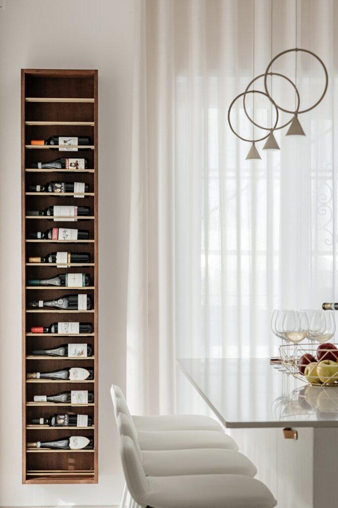 appartement 90m2 range bouteille mural casier bois design