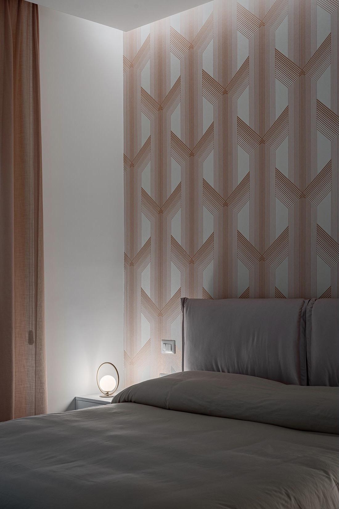chambre minimaliste grise appartement 90m2 papier peint cuivre