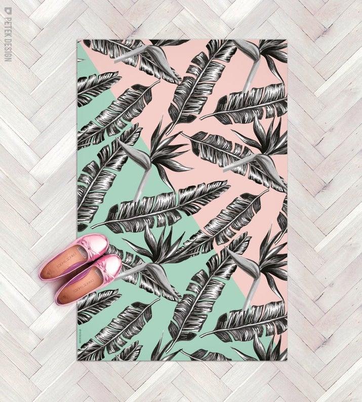 entrée originale paillasson palmier rose vert parquet gris chevron