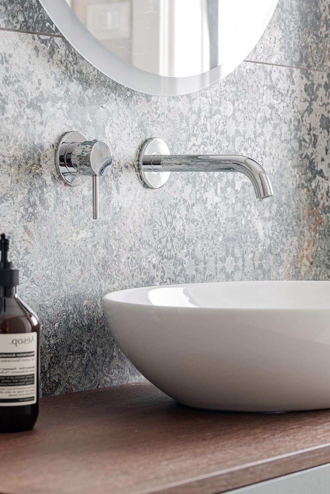 lavabo vasque relief crédence carrelage effet pierre marbre