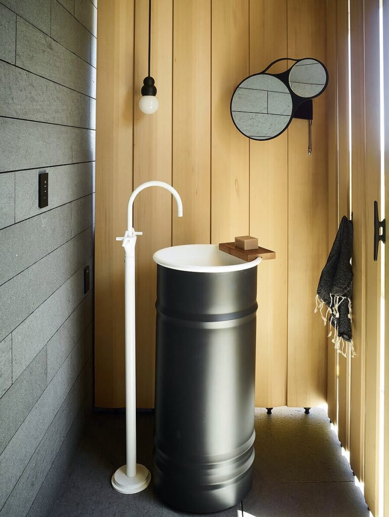 lave-main robinet sur pied vasque effet bidon original