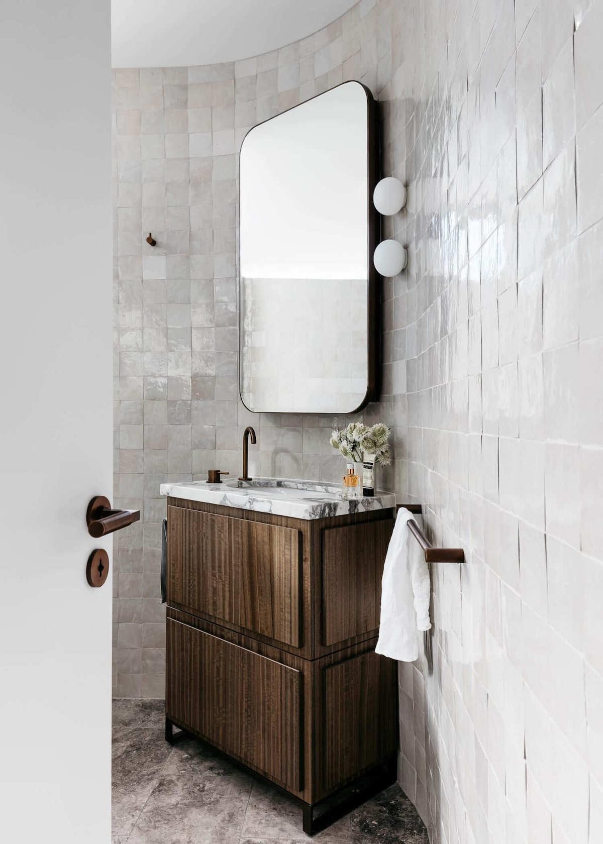 salle de bain carrelage luisant blanc mobilier bois brut rustique