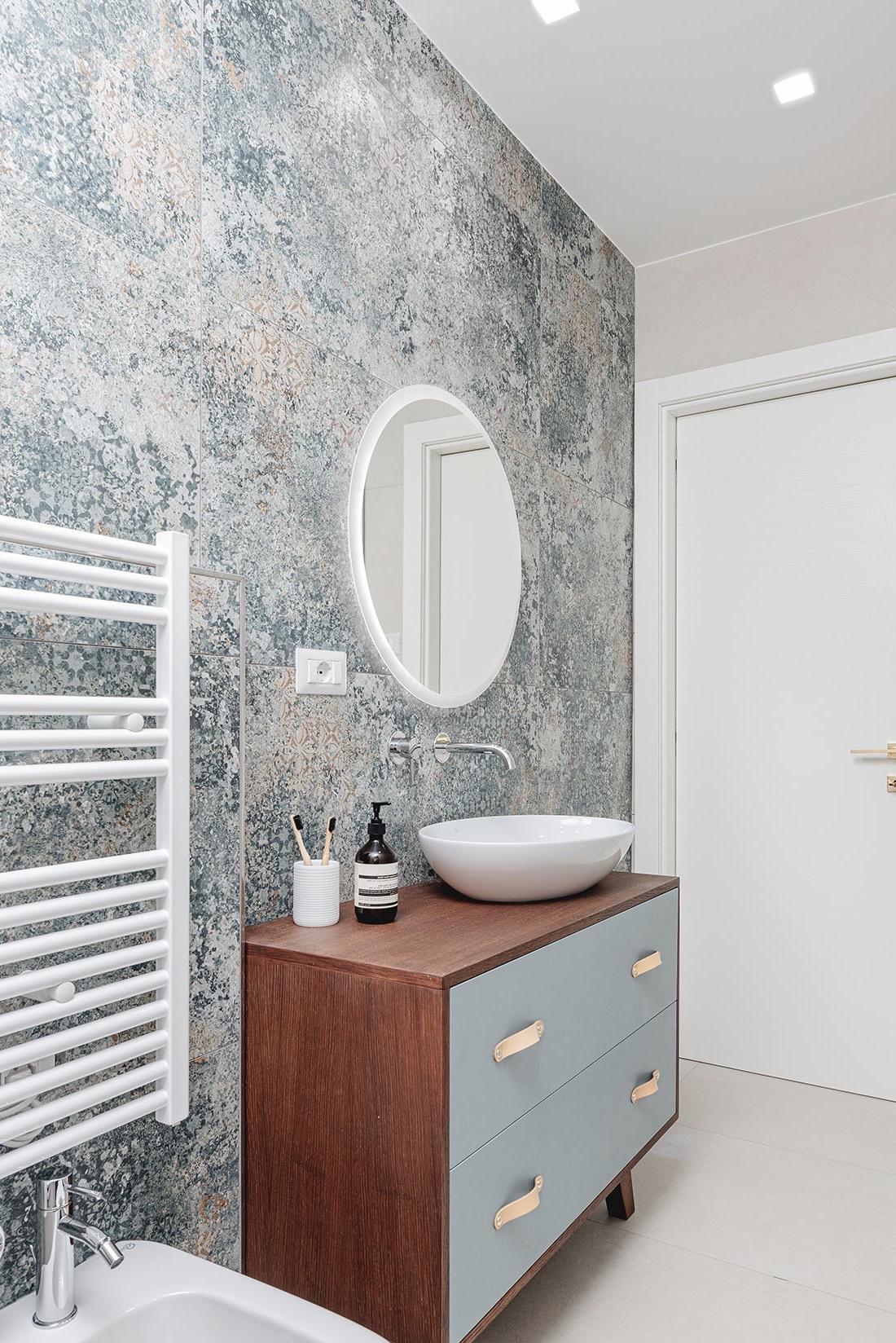 salle de bains pastel vert de gris bleu acajou