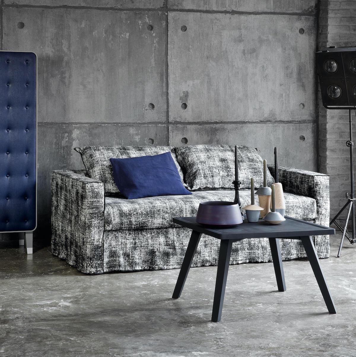 salon gris coussin bleu table basse carré style industriel béton
