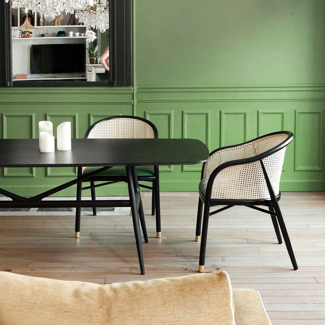 chaise bistro noir cannage laiton mur moulures verts parquet bois clair