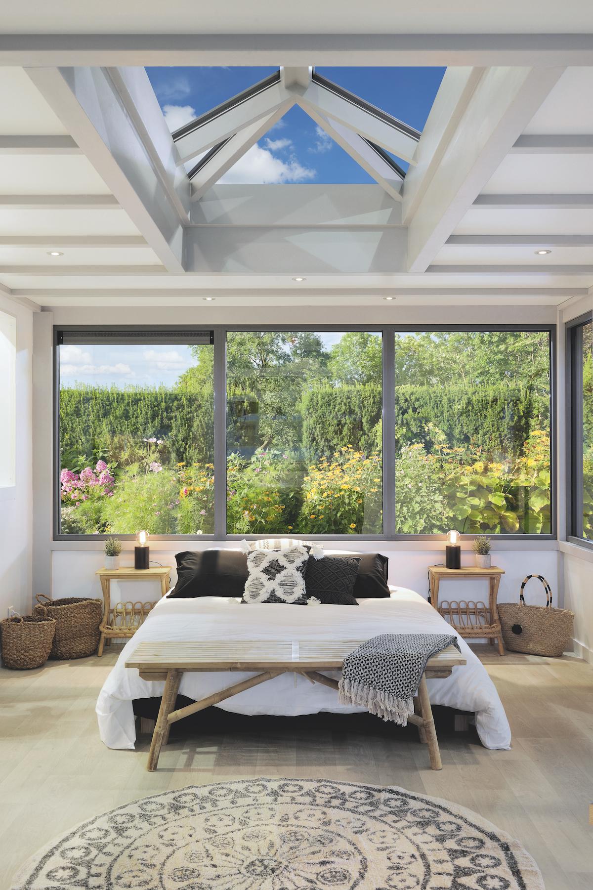 chambre lit double deco réconfortante lumineuse veranda toit dome ouvert