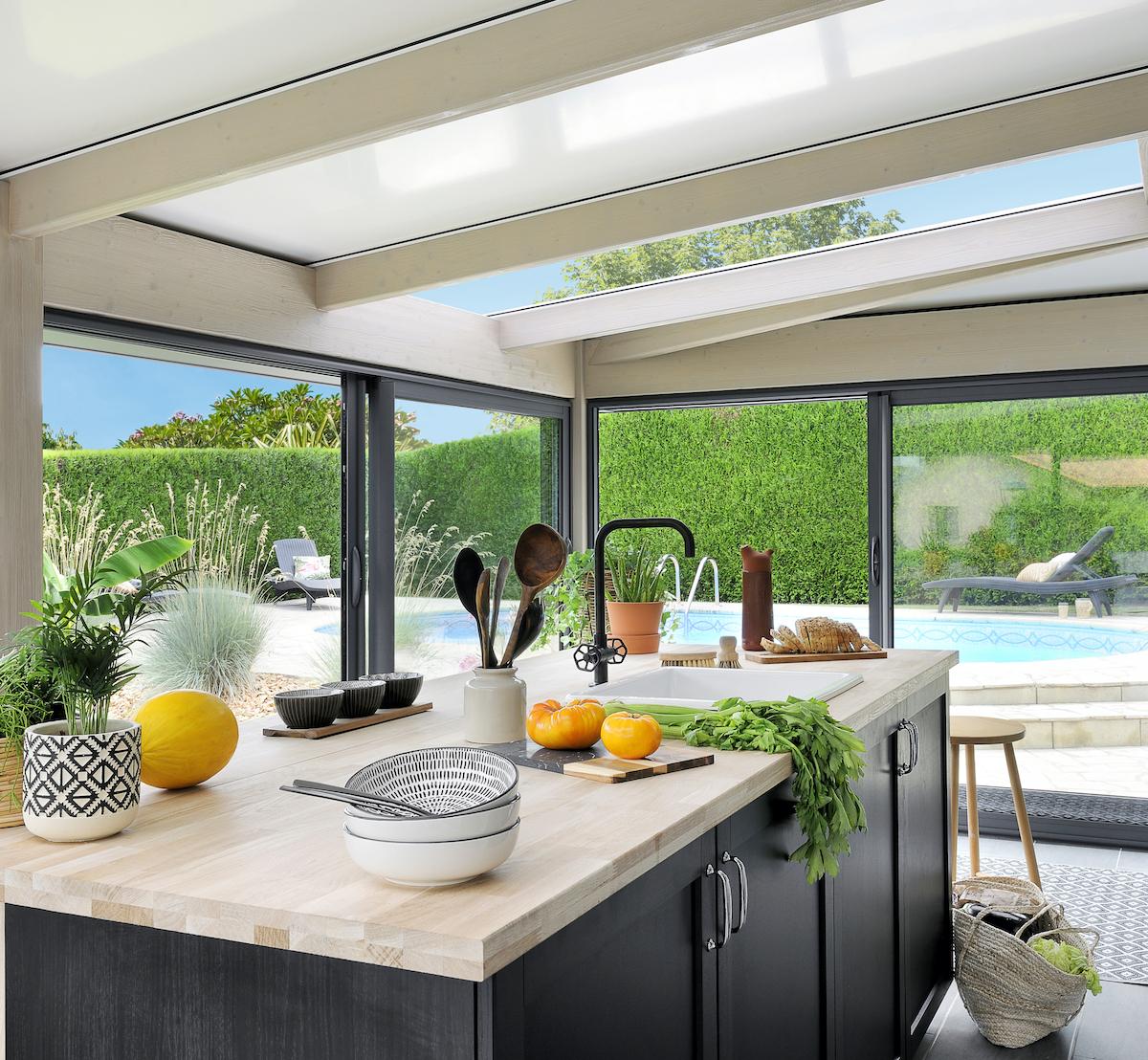 cuisine veranda aluminium bois intérieur ilot centrale panier osier