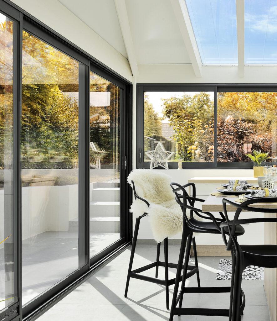 cuisine veranda ilot centrale bois chaise haute noire