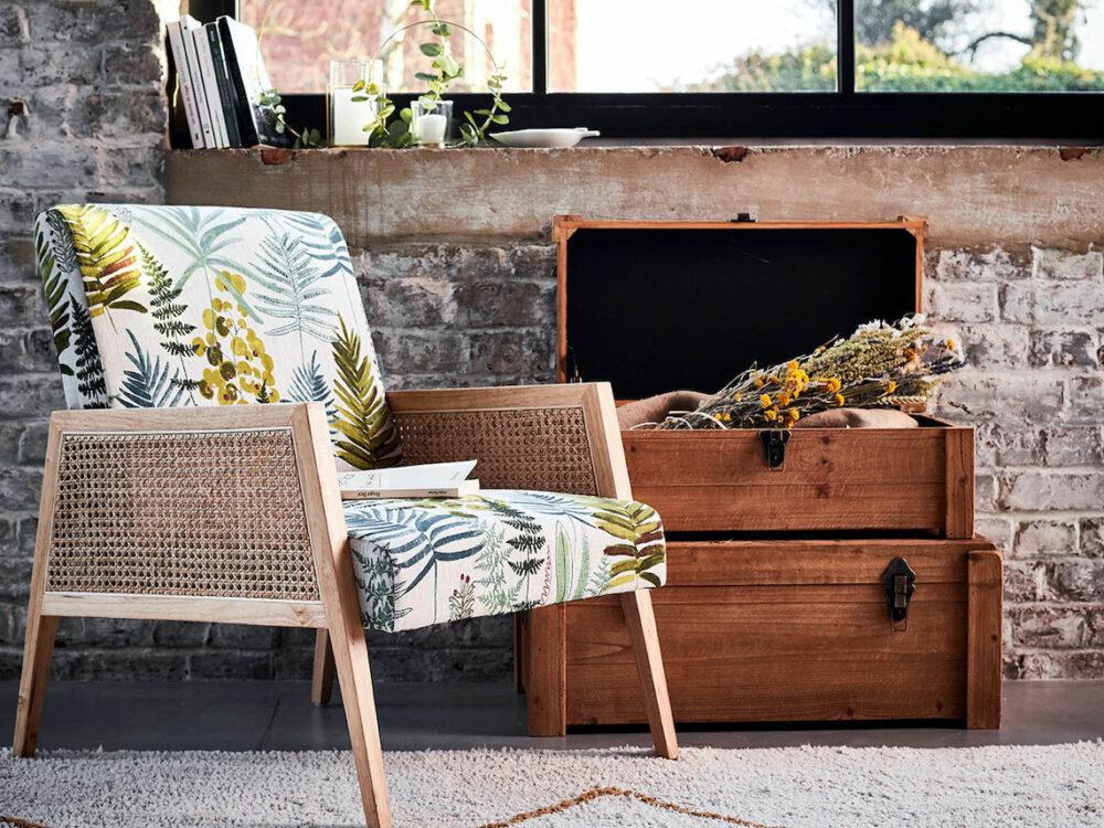 fauteuil cannage vintage mur brique tapis beige
