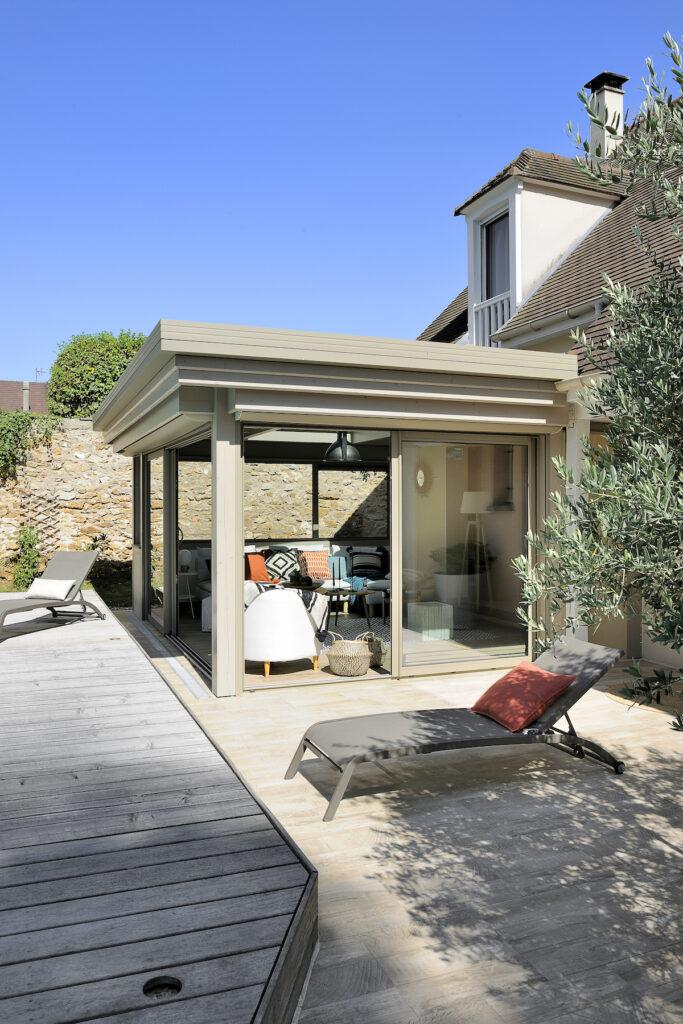jardin extérieur extension maison pièce de vie lumineuse beige terrasse bois gris