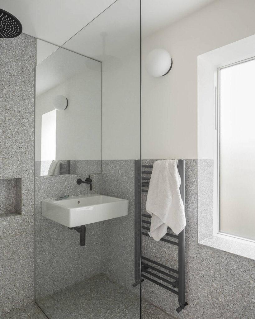 salle de bain granit gris déco noire blanche
