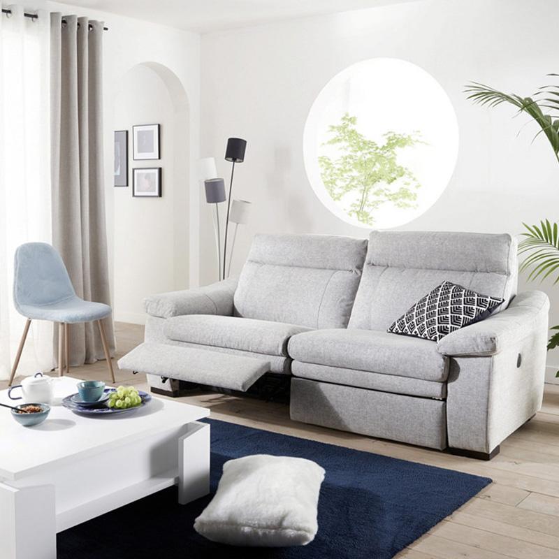salon lumineux canapé gris clair deux places tapis bleu marine table basse blanche