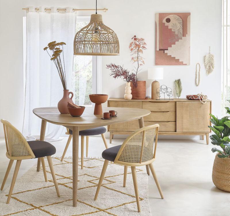salon lumineux pastel rose gris chaise cannage mobilier boisé