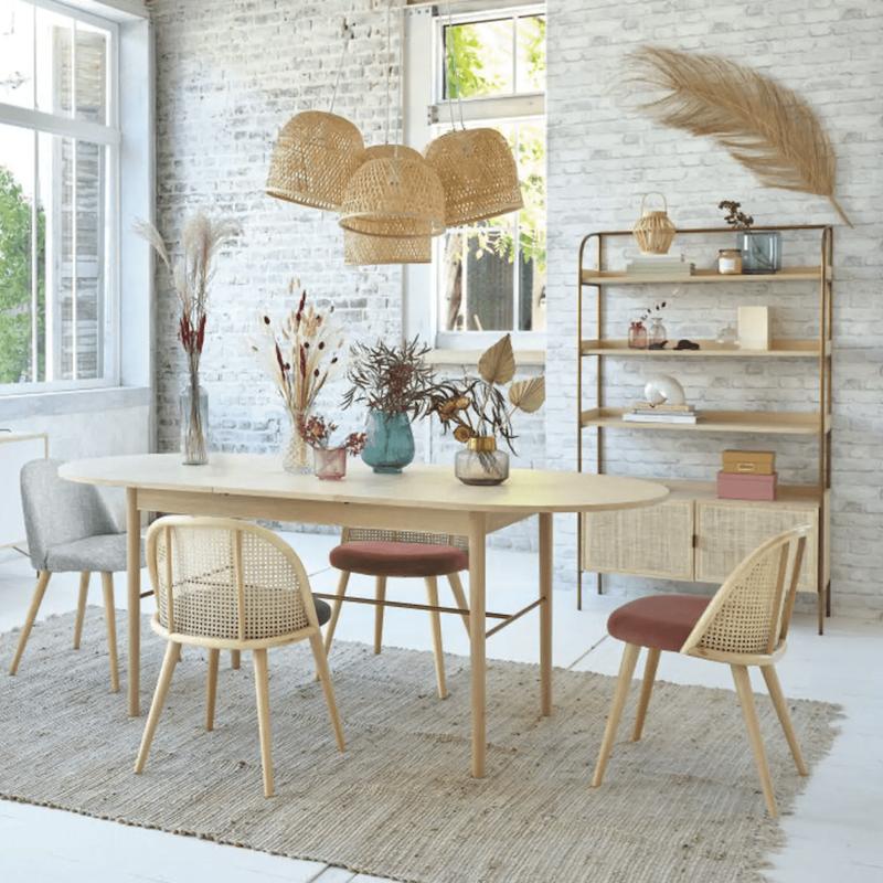 salon lumineux sol blanc table bois suspension fibre naturelle tapis couleur chanvre