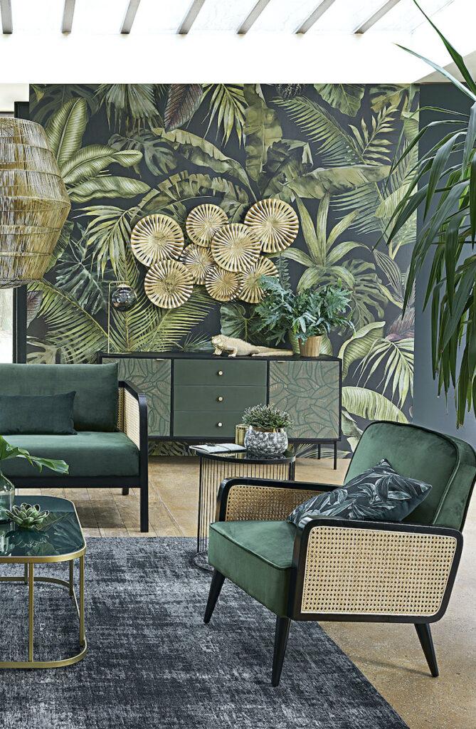 salon végétal urban jungle canapé vert velours cannage table basse laiton verre