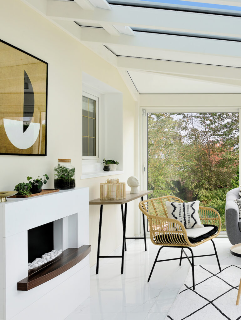 tableau contemporain salon blanc lumineux moderne cheminée intérieure