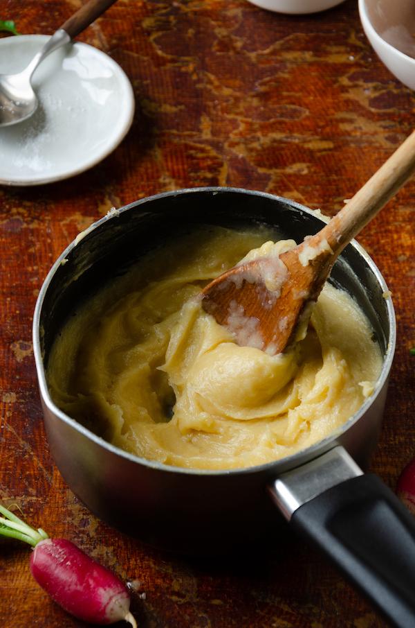 technique pâte à choux à la main casserole
