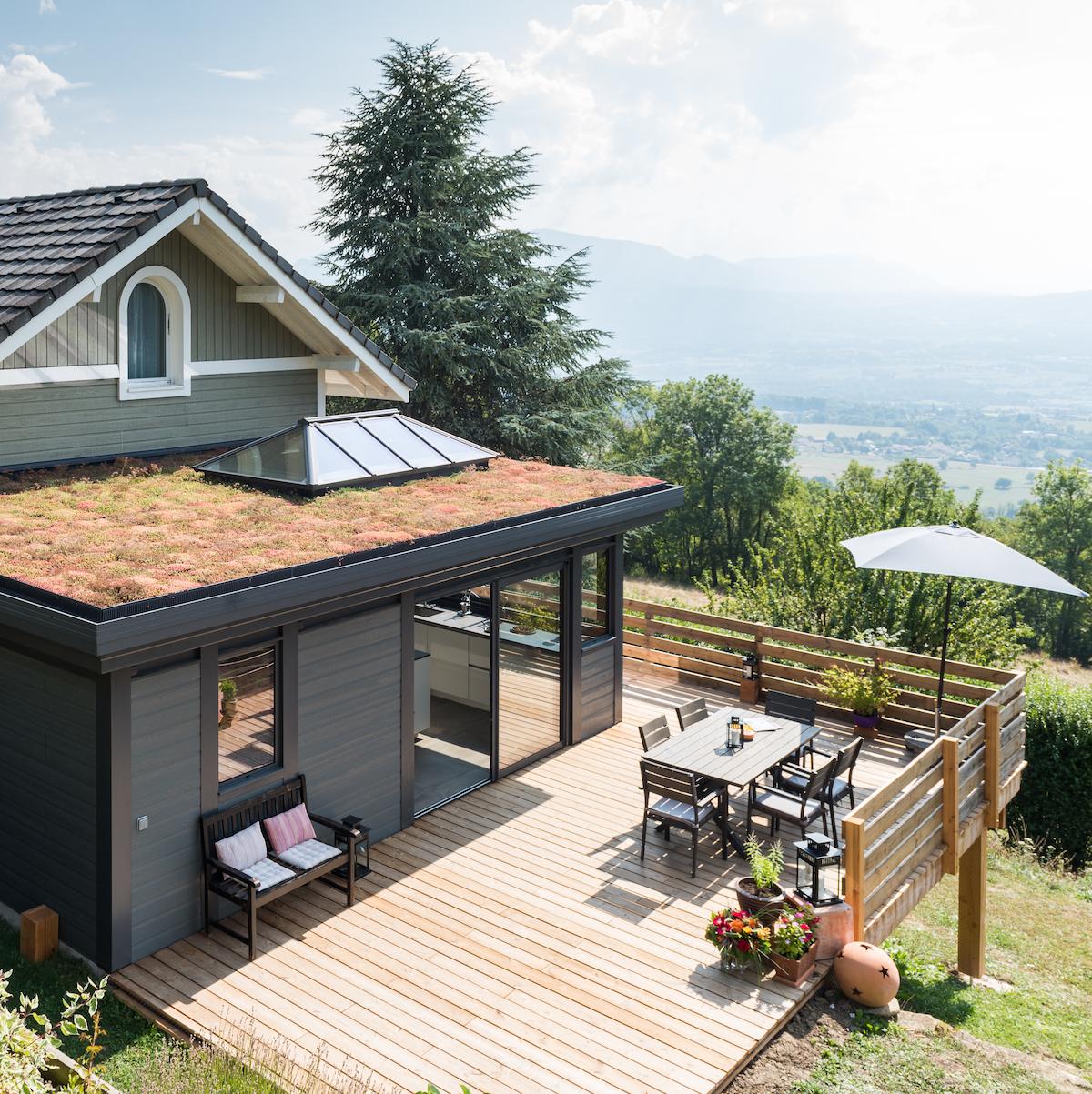 veranda toit plat surface bois noir terrasse extérieure bois lamé