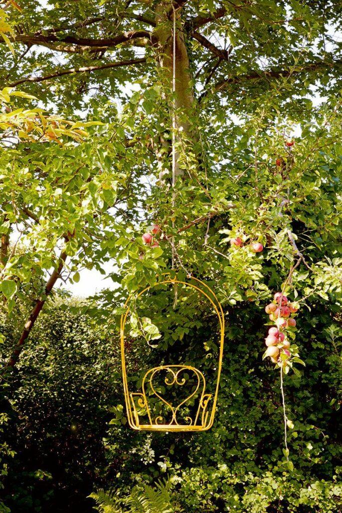 fauteuil suspendu jardin rétro jaune déco romantique mariage nature