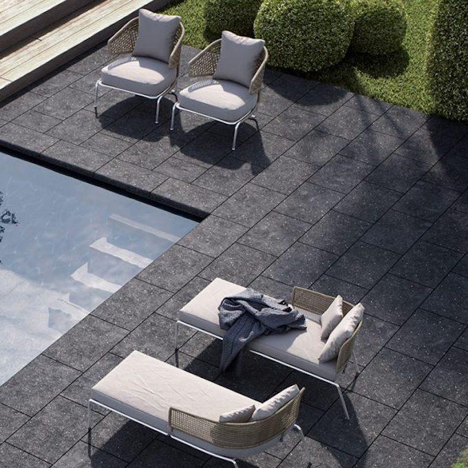 piscine terrasse pierre carrée noire fauteuil blanc