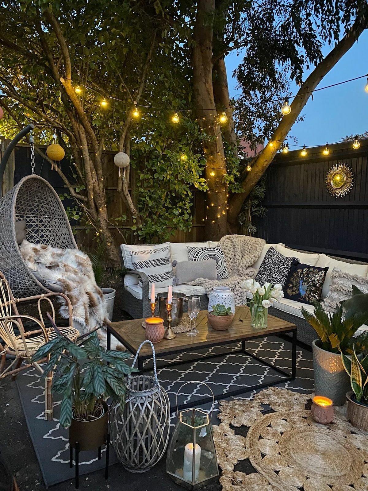 salon bohème noir et blanc chic élégant moderne tapis osier rond lanterne