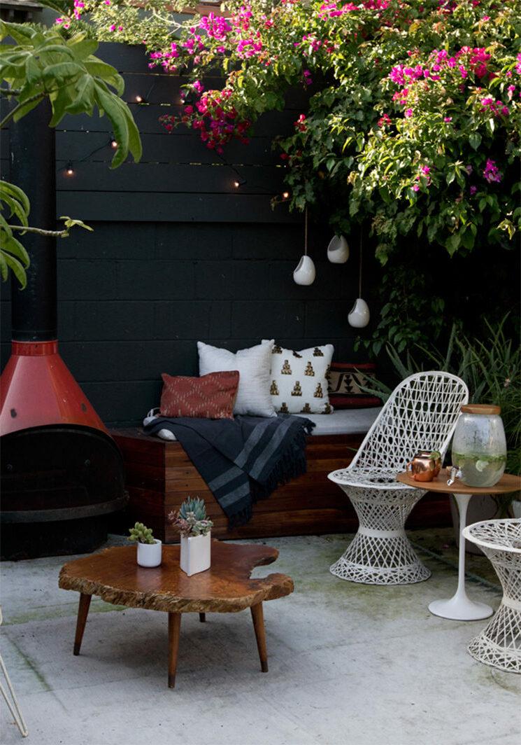 salon jardin noir blanc bois plantes vertes-roses