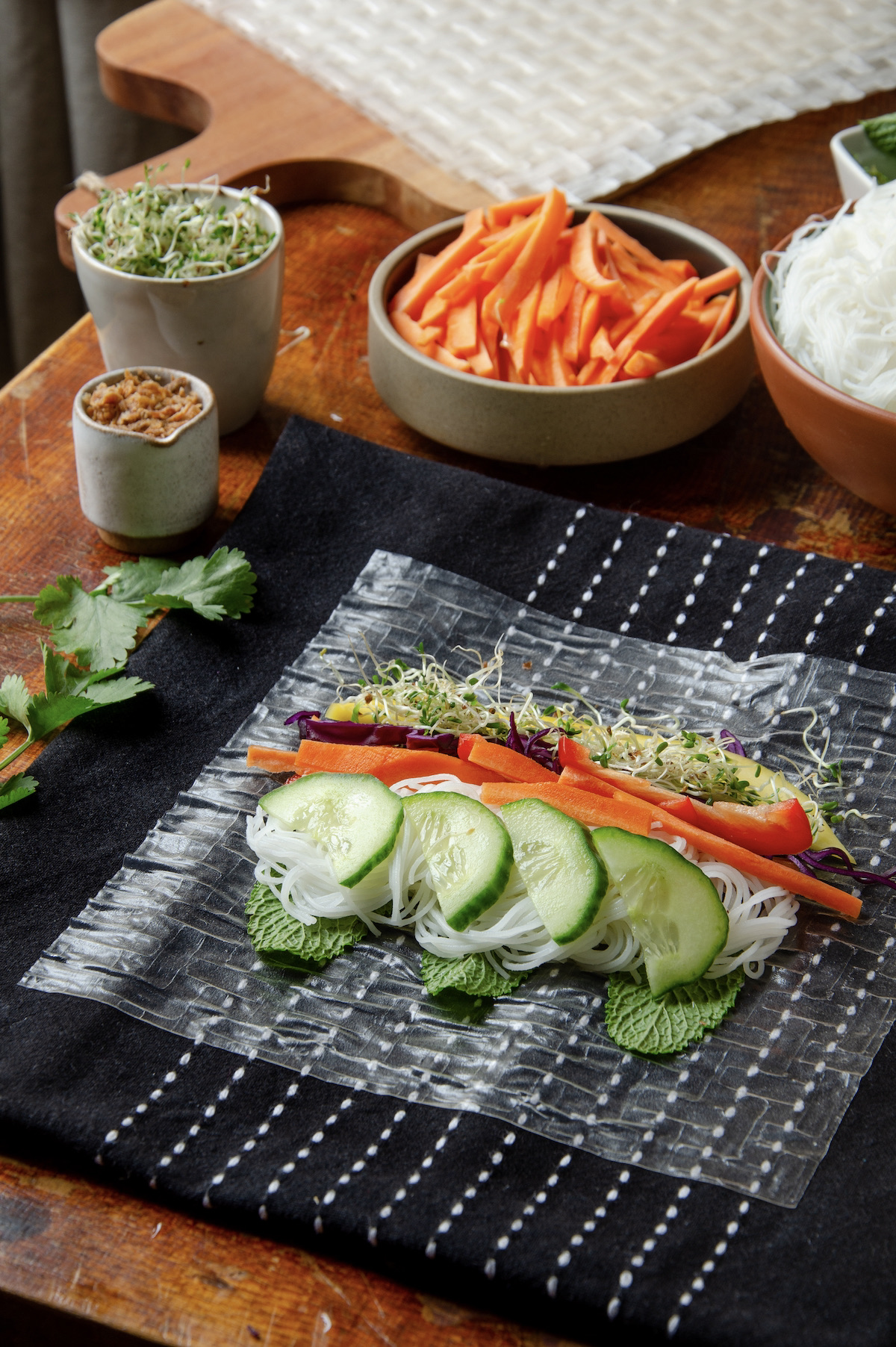 technique pour façonner rouleaux de printemps vegan aux légumes croquants