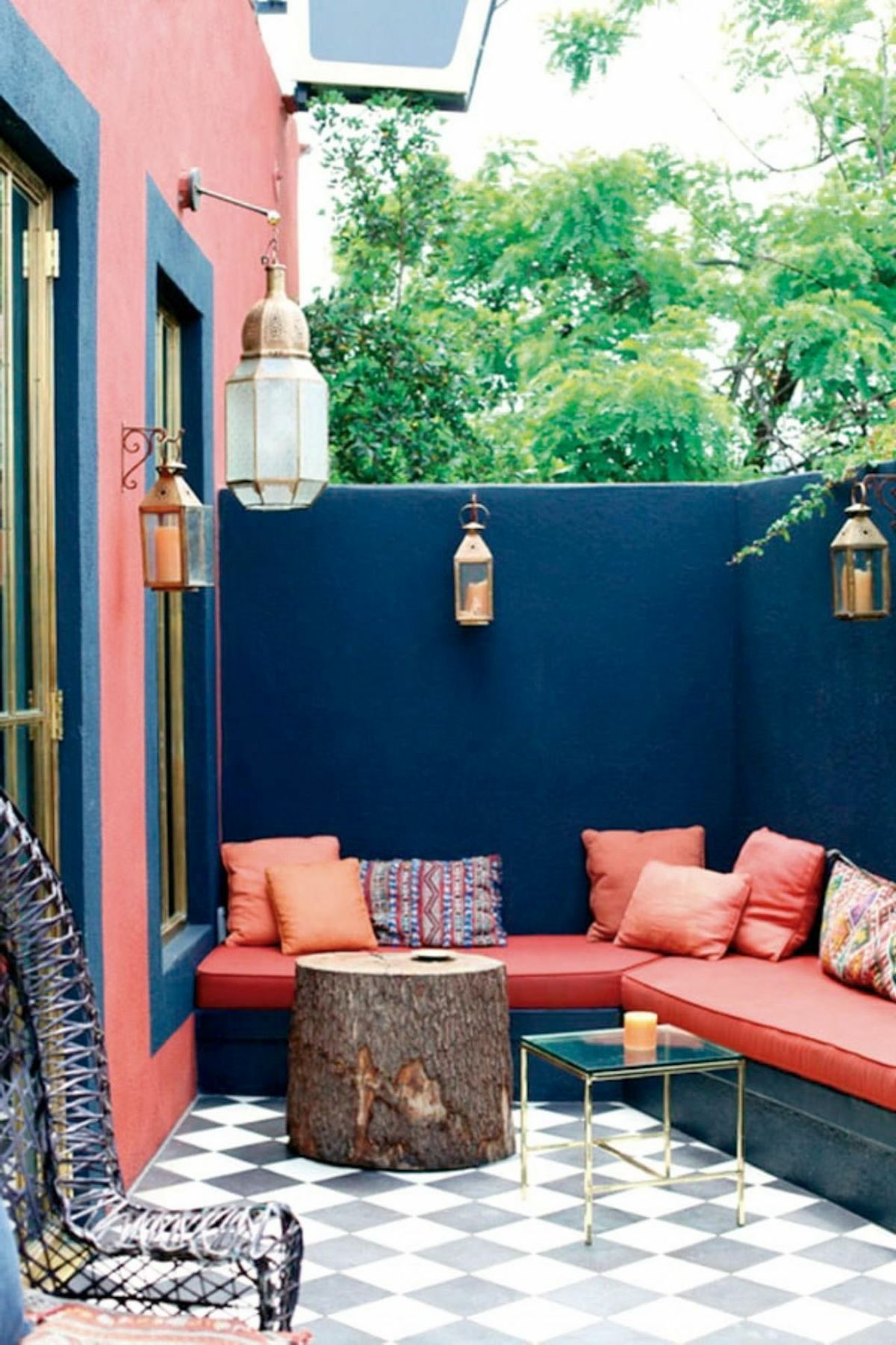 terrasse bleu marine rouge banquette lanterne