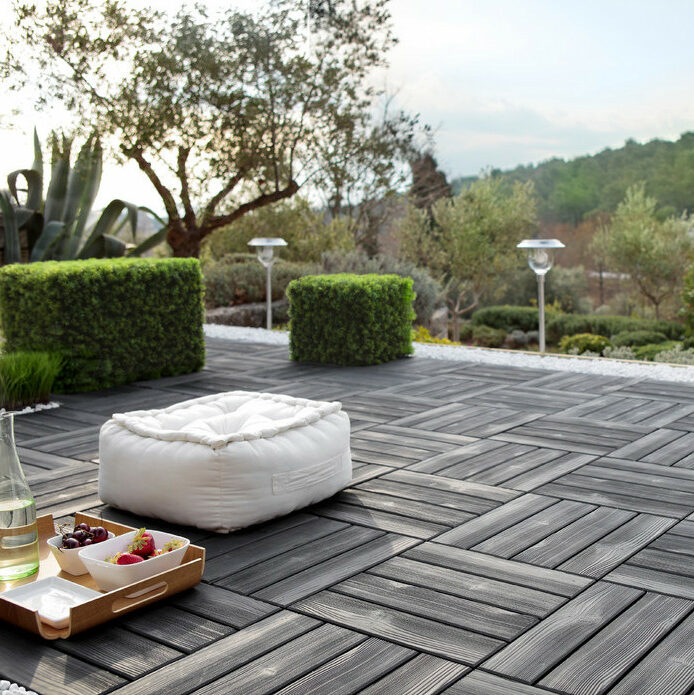 terrasse noire dalle clipsable pouf carré blanc