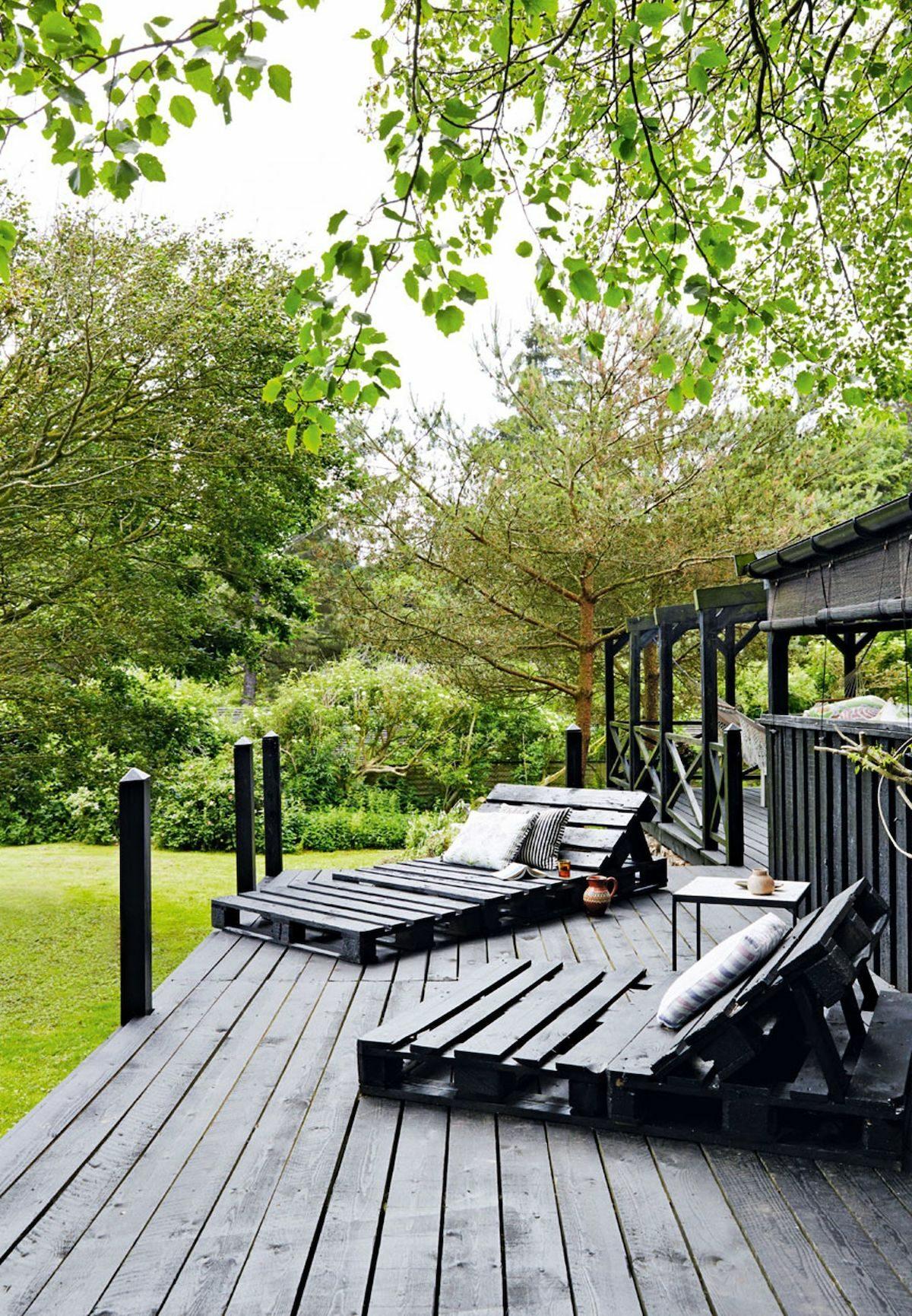 terrasse palette noire transat bois noir