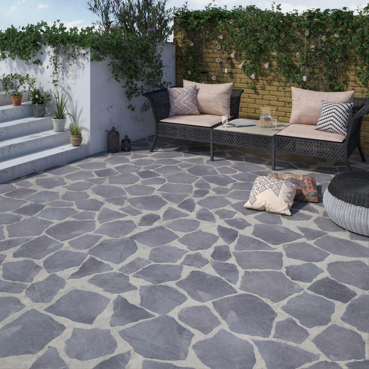 terrasse pierre ardoise noire béton banquette coussin rose