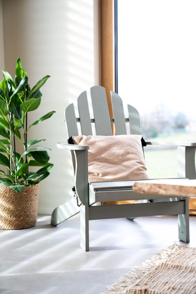 Tendance déco au salon japandi minimaliste fauteuil Adirondack