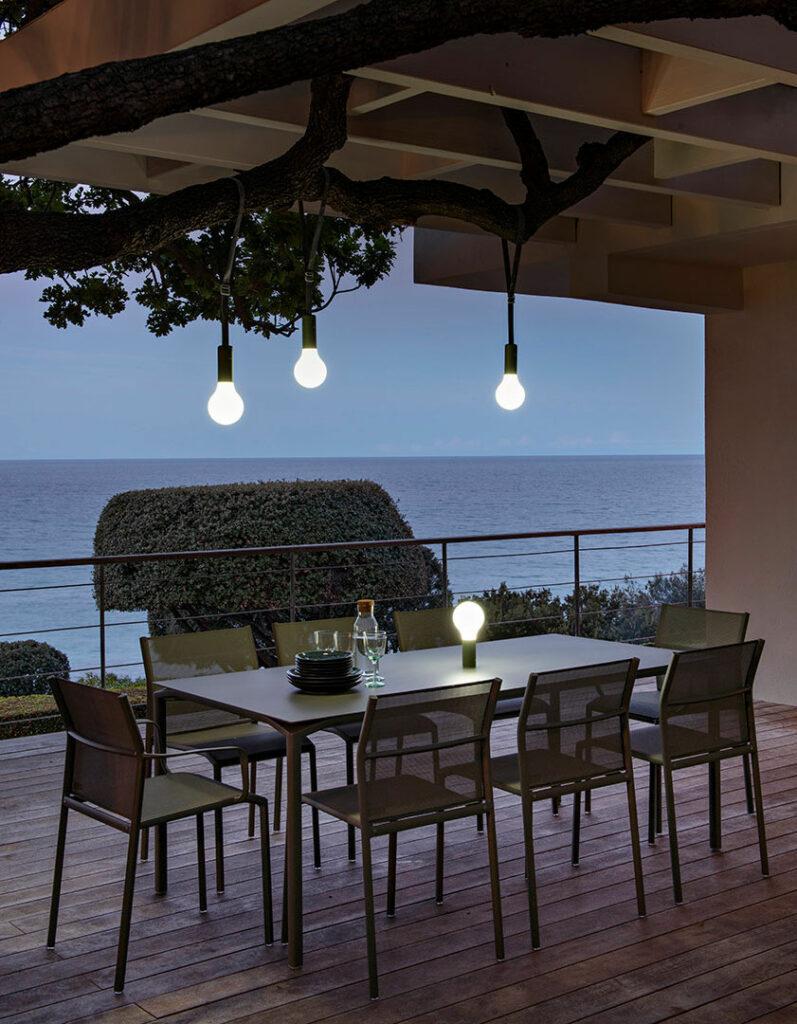 maison terrasse face à la mer décoration grise bleue